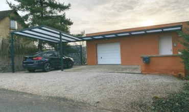 Installation d'un carport et d'un auvent aluminium sur mesure dans le Doubs