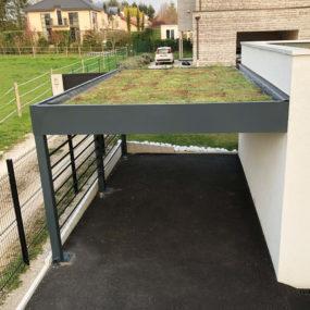 Carport en aluminium avec toiture végétalisée