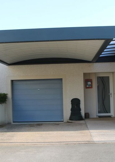 Structure aluminium, toiture bac acier et polycarbonate à Besançon pour protéger l_entrée de la maison et abriter la voiture